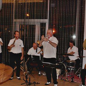 http://www.moderntimes-hotel.com/application/files/thumbnails/thumb_list_2x/9714/8974/8307/Vufflens-Jazz-Band.jpg